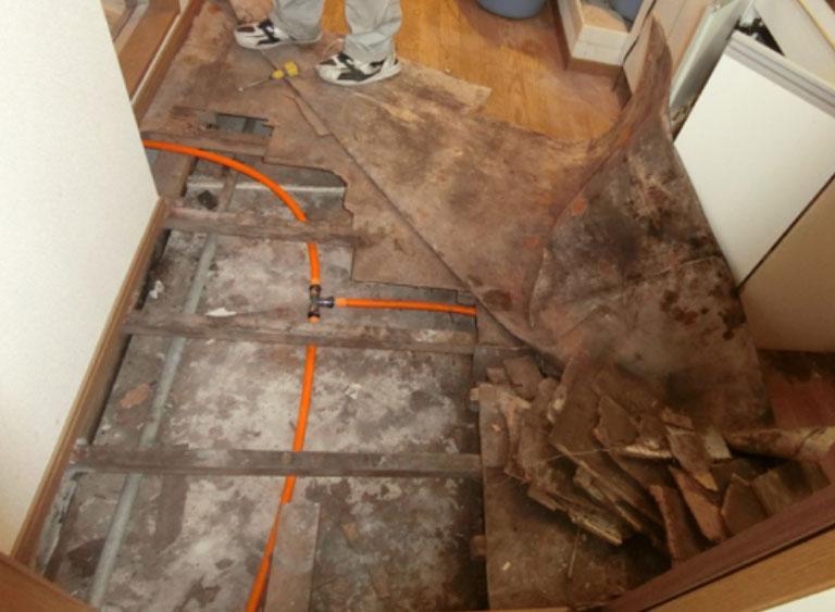 湯沸器から配管された銅管に腐蝕孔
