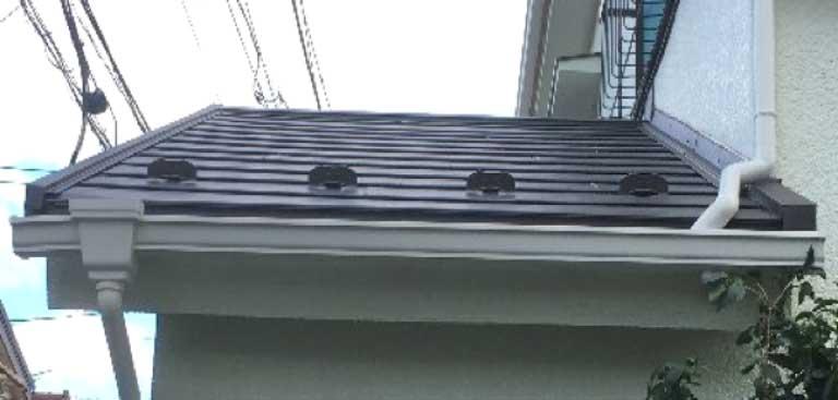 ガルバリウム鋼板製の軽量高耐久屋根材